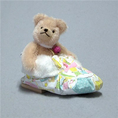 Sleeping in a Shoe - Baby Girl Bear by HERMANN - Spielwaren - Limited Edition of 25 Pieces