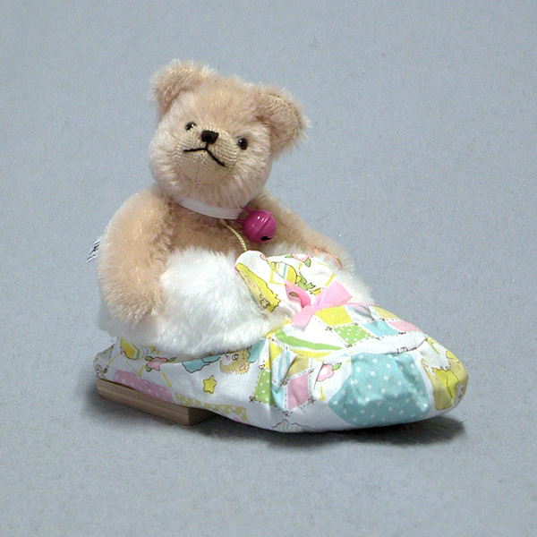 Sleeping in a Shoe - Baby Girl Bear by HERMANN - Spielwaren - Limited Edition of 25 Pieces No Colour